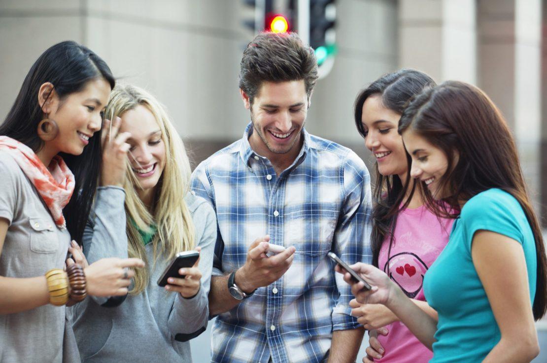 Chilenos pasaron 5 horas diarias conectados a sus smartphones en el 1° semestre de 2016